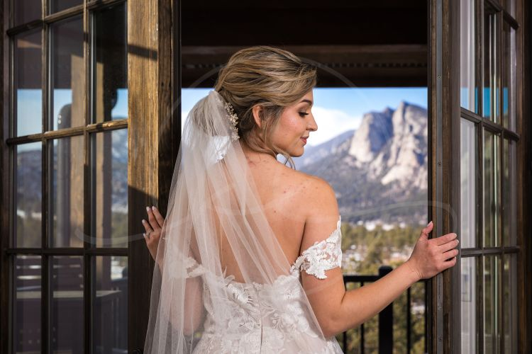 Look at how beautiful this view and this bride is 🥰 Estes Park, Colorado is a stunning location and if you're a couple looking for mountain landscapes I'd definitely look here.