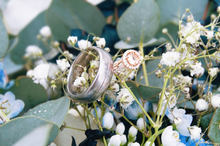 I love ring detail shots 😍 The brightness of this picture just makes that ring shine and the flower details in the background is stunning!