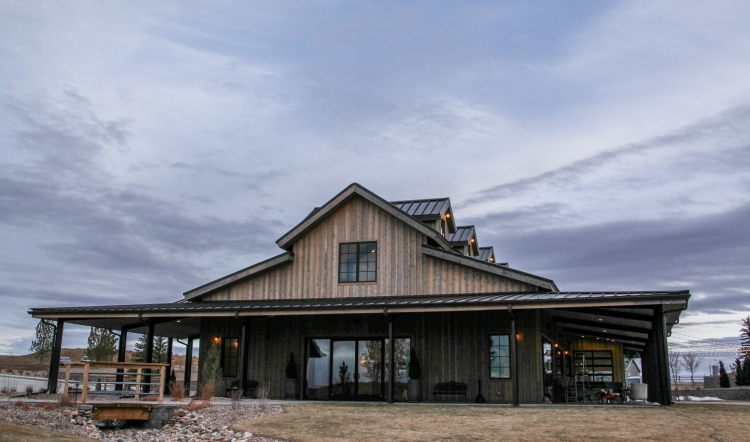 I love this venue so much. It's big, beautiful and the overall feeling is perfect for a rustic, farmhouse wedding.